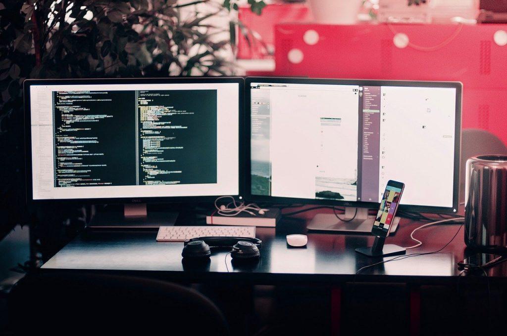 bureau avec deux écrans d'ordinateur