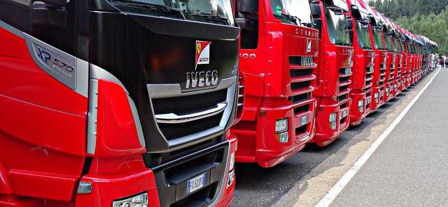 camions de transport routier garés les uns à côté des autres