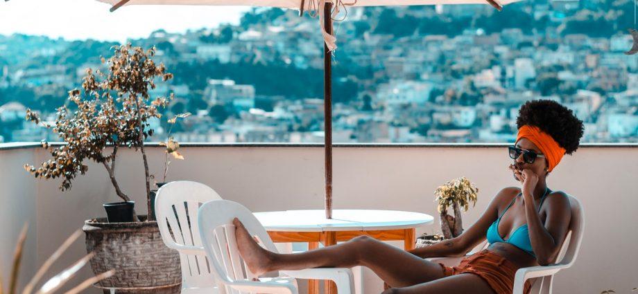 Femme qui bronze en terrasse