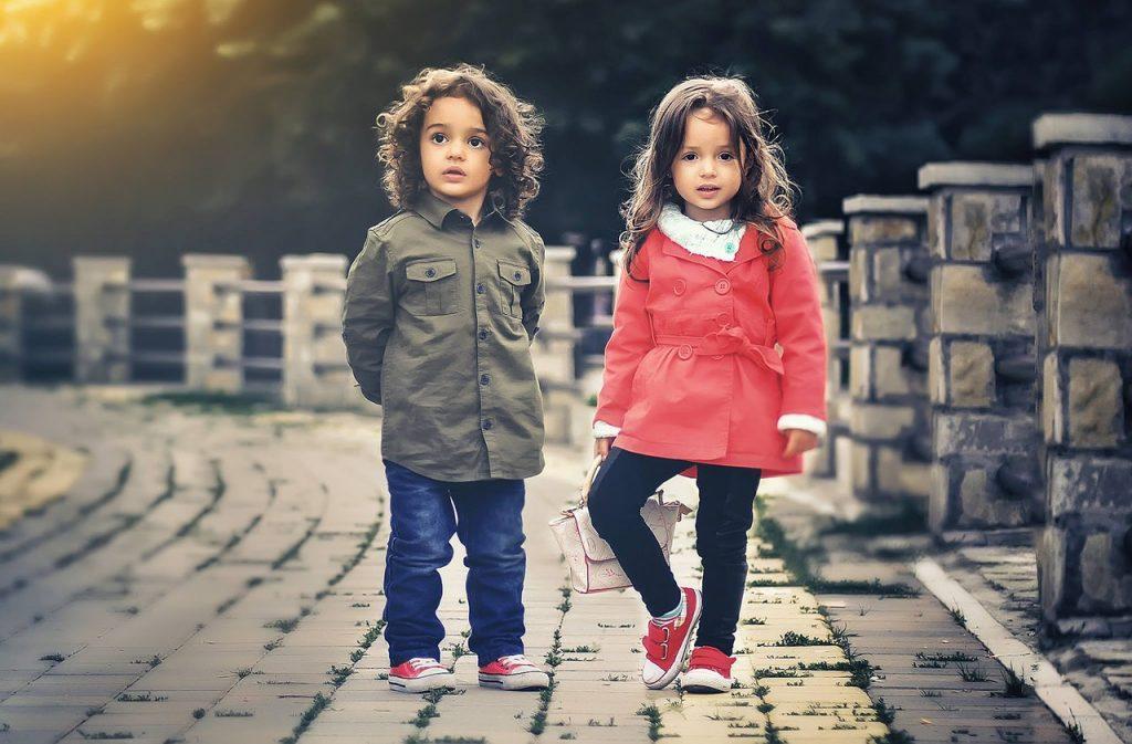 deux enfants debout côte à côte